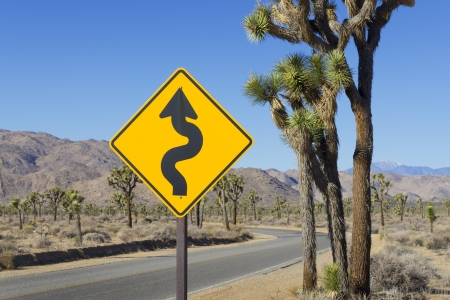 symboll: Yello winding road sign in Joshua Tree National Park