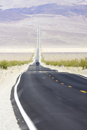 砂漠の死バレー国立公園、カリフォルニア、米国で高速道路