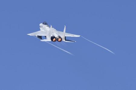 完全 afterburners と飛行のジェット戦闘機。