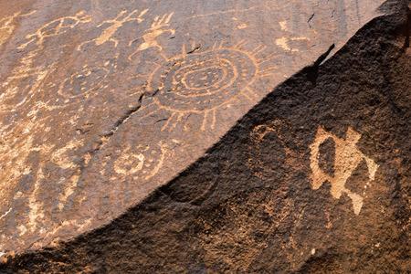 pintura rupestre: Native American antigua Petroglifos, Little sitio de Negro Monta�a Petroglyph, Utah Foto de archivo