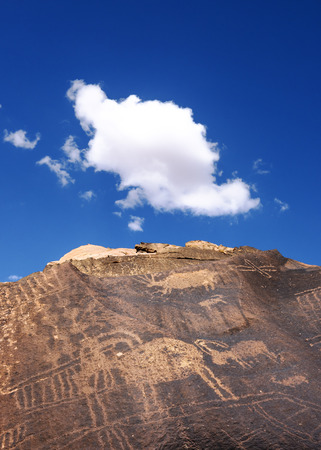 pintura rupestre: Native American antigua Petroglifos del borrego cimarr�n, Little sitio de Cerro Negro petroglifo, Utah Foto de archivo