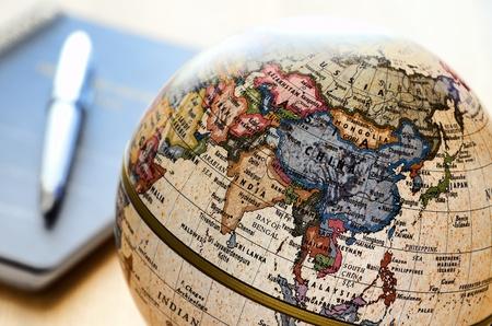weltkugel asien: Globe Ostasien (Kugelschreiber und Notizbuch). Ein Globus wird durch Nahaufnahmen photoed.