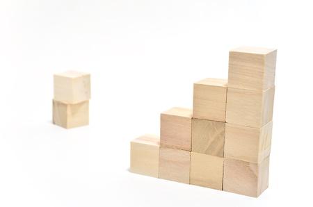 正方形のブロックの階段。(白地)