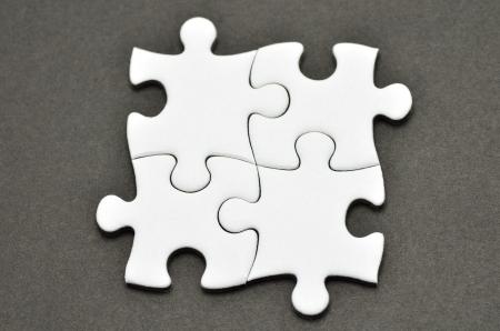 プレーン白いジグソー パズルは、黒の背景に。