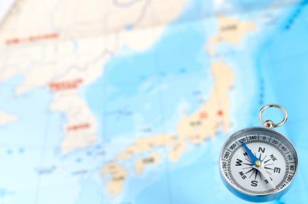 magnetismus: Silber Kompass und Karte Hintergrund. Lizenzfreie Bilder