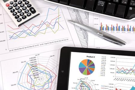 gestion empresarial: Análisis de rendimiento empresarial. Gráficos de negocios con la tableta, pluma.