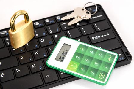 teclado numerico: Una contraseña Time Card Para la banca por Internet en el fondo blanco.