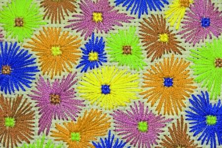 gestickt: Gestickte Blumen in kalten Farben
