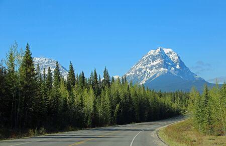 Geraldine Peak and Icefield Parkway, Jasper NP, Canada Imagens