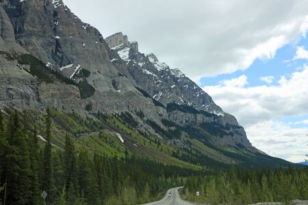 The cliffs and Icefield Parkway, Jasper NP, Canada Imagens