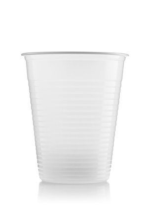 reciclable: vaso de pl�stico reciclable aisladas sobre fondo blanco