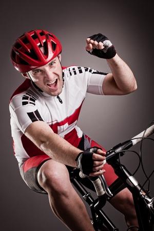 cyclist: van alle gemakken voorzien fietser rijdt op een fiets Stockfoto