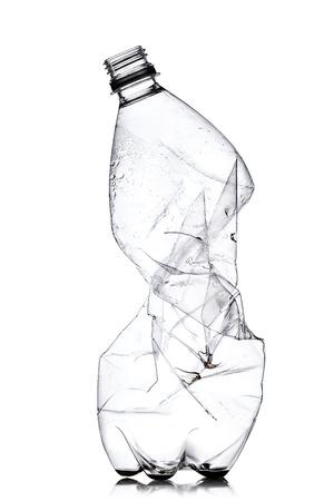 박살 된 빈 플라스틱 병, 흰색 배경에 고립 된