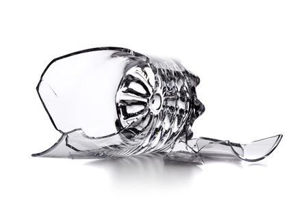 vetro vuoto rotto isolato su sfondo bianco