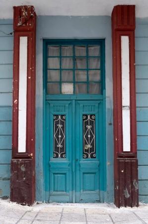 neocl�sico: Puerta colorida en un edificio de estilo neocl�sico Foto de archivo