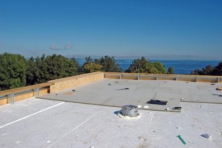 海辺での新しい屋根の建設