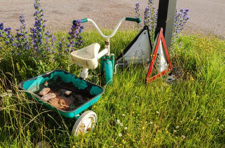 niños abandonados: Abandonado Niños de bicicletas con las flores y las señales de tráfico Foto de archivo