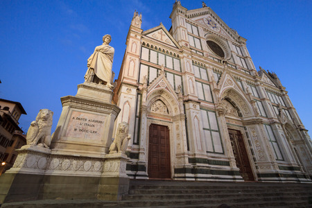 dante alighieri: Florence, September 2016: That Tourists visiting Piazza Santa Croce and the Monument to Italian poet Dante Alighieri, the Divine Comedy writer, on September 2016 in Florence, Italy Editorial