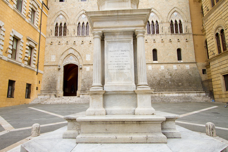Siena, January 2017: Sallustio Bandini monument and  the main Gate of Monte dei Paschi Bank in Piazza Salimbeni, on January 2017 in Siena, Tuscany, Italy Sajtókép