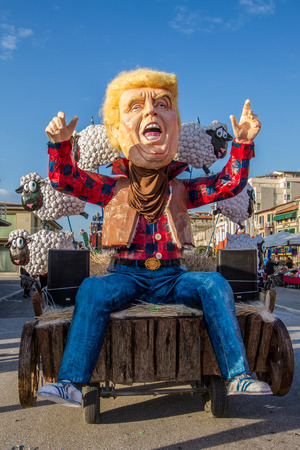 Viareggio, January 2018: Donald Trump caricature with flock of sheep in carnival parade of floats and masks, made of paper-pulp, on January 2018 in Viareggio, Tuscany, Italy Sajtókép
