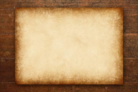 parchemin: vieux papier sur la table