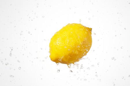 citroen op wit met splash Stockfoto