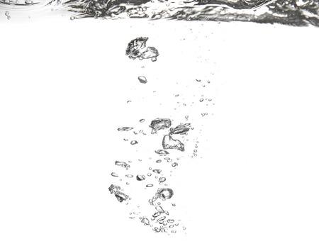 흰색 배경에 물 아래 물 거품