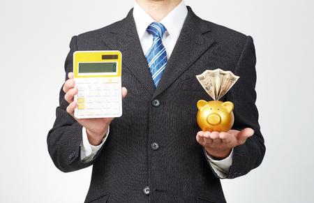 Hombre de negocios sostiene tableta con caja de dinero y calculadora