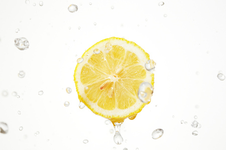 De citroen met water splash