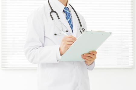 Médico asiático que trabaja Foto de archivo