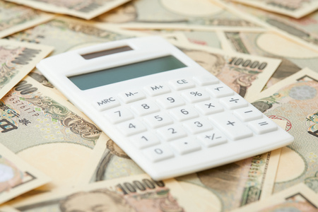 close up of the calculator and Japanese money
