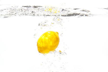 the lemon under the water Zdjęcie Seryjne
