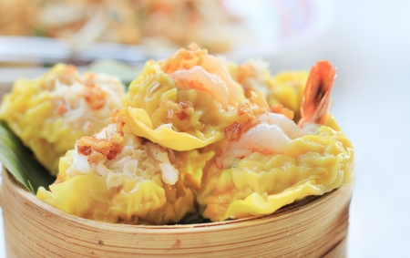 Chinese shrimp, crab dumplings  dumplings dimsum in bamboo containers traditional cuisine  Zdjęcie Seryjne