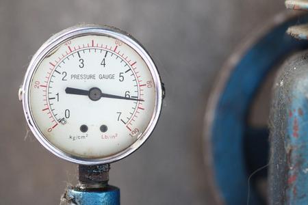 Close up manometro con compressore funzionante. Archivio Fotografico
