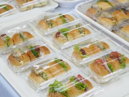 negocios comida: El pan, ensalada y paquete de carne de cerdo en caja de plástico, para satisfacer descanso. Foto de archivo