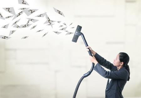air cleaner: Mujer de negocios tirar algo de la atmósfera por la aspiradora. Foto de archivo