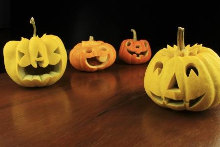 carving pumpkin: tallado de calabaza en una mesa de madera Foto de archivo