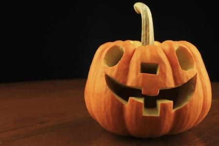 carving pumpkin: tallado de calabazas en una mesa