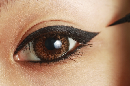 Ella usó delineador para dibujar el ojo