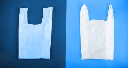 Choix entre sac plastique et eco sur coloris bleu classique. Zero gaspillage. Concept écologique et environnemental de sauvegarde du monde, pas de sacs en plastique. Sacs à provisions faits à la main.