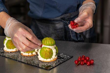 Le confiseur fait un gâteau sous la forme de figurines de héros de Noël. Travail manuel