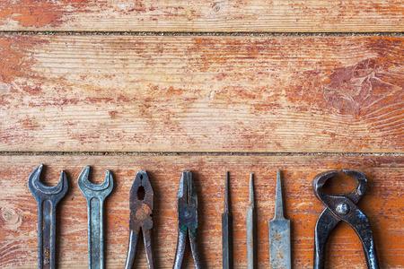 herramientas de trabajo: Herramientas mayores est�n dispuestas en una fila en el fondo del antiguo suelo de madera