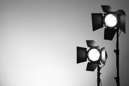 sessão: Estúdio vazio da foto com equipamento de iluminação