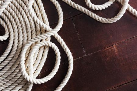 Wit touw op een houten dek
