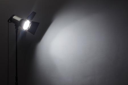 Verlichting apparatuur op een zwarte achtergrond oude shabby muur Stockfoto