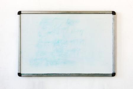 Alte Tafel für Büro mit Spuren von Flecken. Schreibtafel im Büro auf dem alten, schmutzigen Wand hängen.