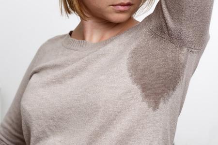 problème avec une transpiration abondante. Les vêtements mouillés de la chaleur Banque d'images