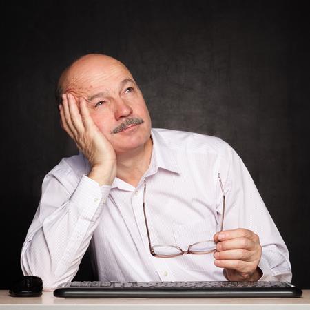 Oudere man wegkijken bedachtzaam, nadenken over het probleem of taak Stockfoto - 64297779