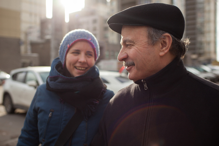Figlia e papà camminano per le strade, sono felici di incontrarsi e felicemente guardarsi l'un l'altro Archivio Fotografico