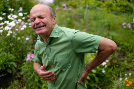 Oude man met lumbago pijn Stockfoto - 83670577